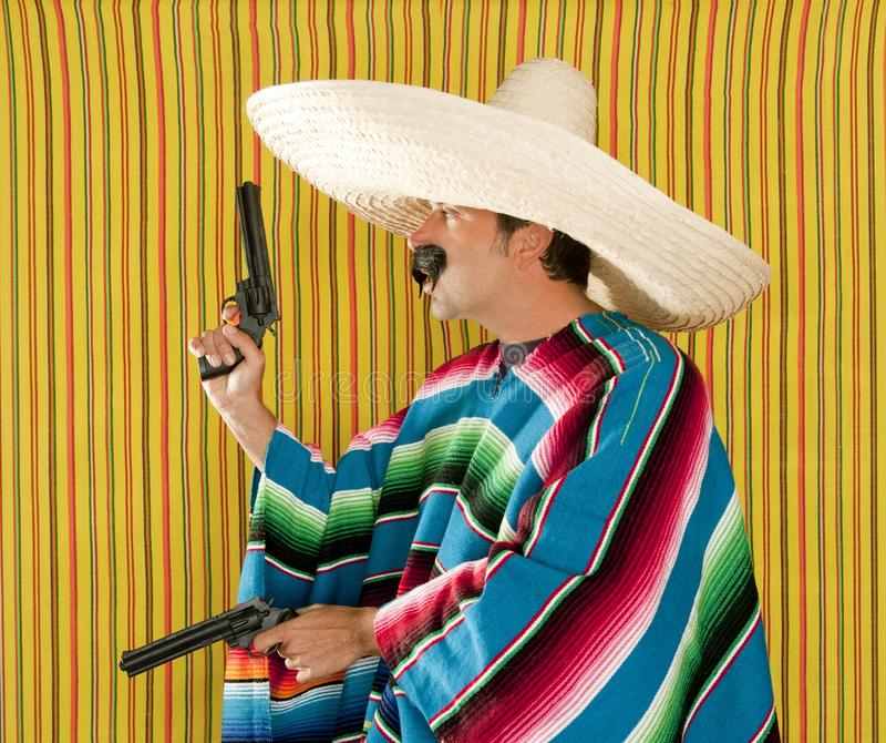 Revolverschnurrbart-bewaffneter Bandit Sombrero des Banditen mexikanischer lizenzfreies stockbild