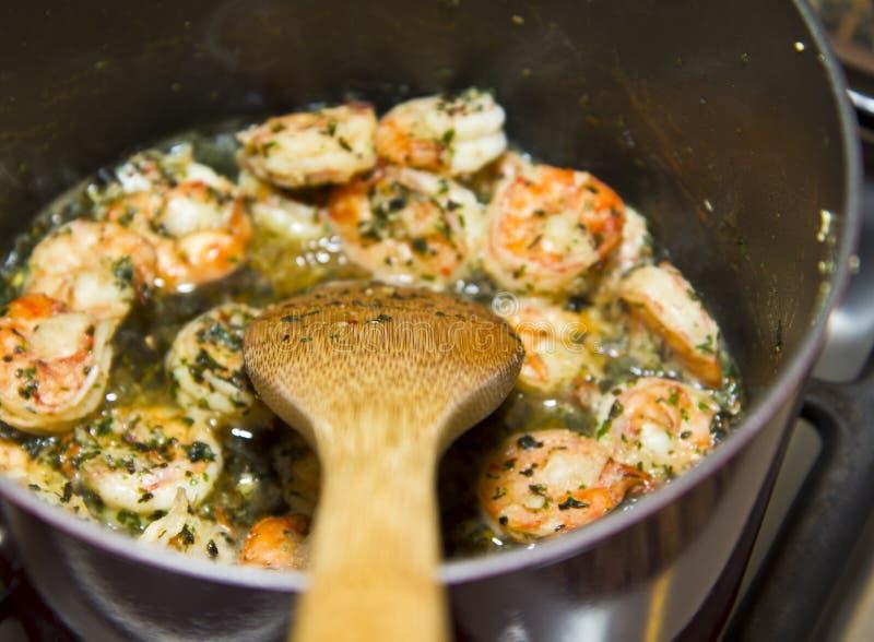 Revolvimiento de cocina de la cuchara y del camarón imagen de archivo