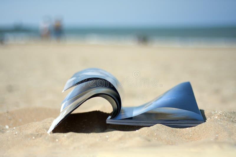 Revue sur la plage images libres de droits