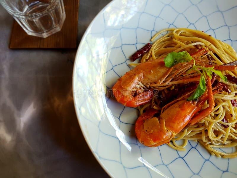 Revuelva adentro los espaguetis con los shirmps fotografía de archivo libre de regalías