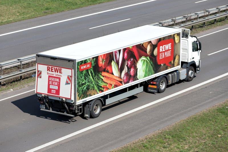 REWE-vrachtwagen op autosnelweg stock fotografie