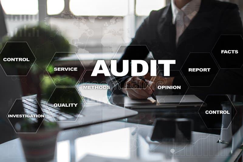 Rewizja biznesu pojęcie audytor zgodność Wirtualnego ekranu technologia obraz stock