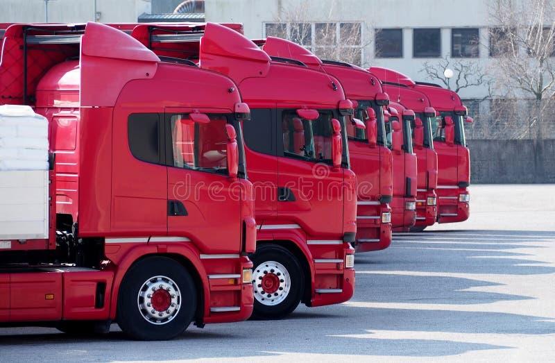 Rewolucjonistek ciężarówki wykładali up w parking towarzystwo żeglugowe i transport, przygotowywającym iść zdjęcia stock