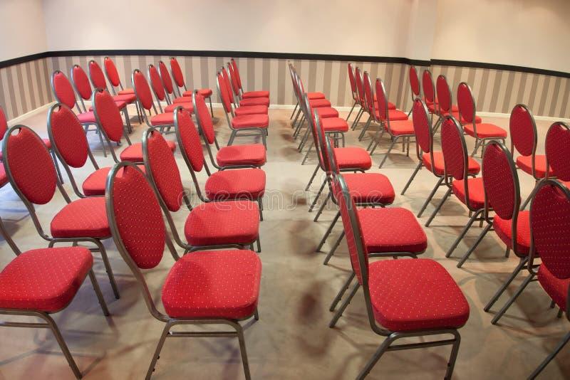 Rewolucjonistek krzesła w sala konferencyjnej zdjęcia stock