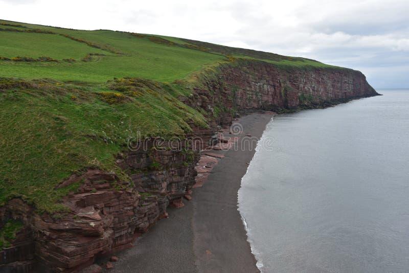 Rewolucjonistek Rockowe Denne falezy Wzdłuż plaży w Zachodnim Cumbria Anglia obraz royalty free