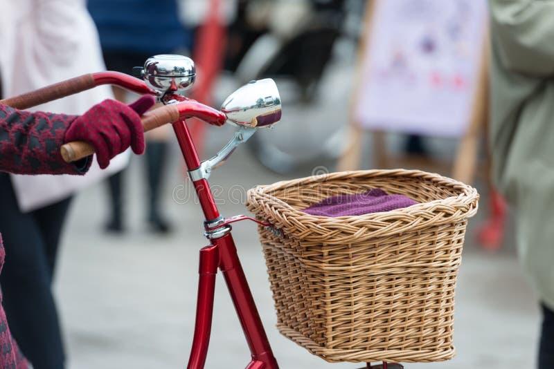 Rewolucjonistka barwił roweru koło z chromu ostrzegawczym dzwonem i frontowymi światłami zdjęcia royalty free