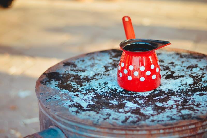Rewolucjonistka, biały kropki tureckiej kawy garnek na górze starej kuchenki zdjęcie royalty free
