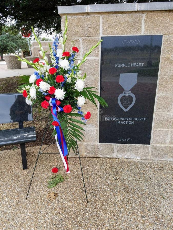 Rewolucjonistka, biel i błękitny bukiet, dekorujemy purpurowe serce pomnika fotografia royalty free