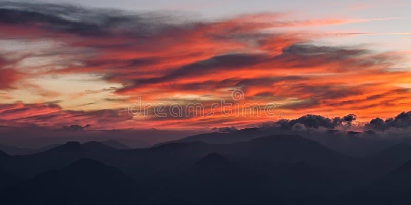 Rewolucjonistka chmurnieje w niebie przy zmierzchem zdjęcie royalty free