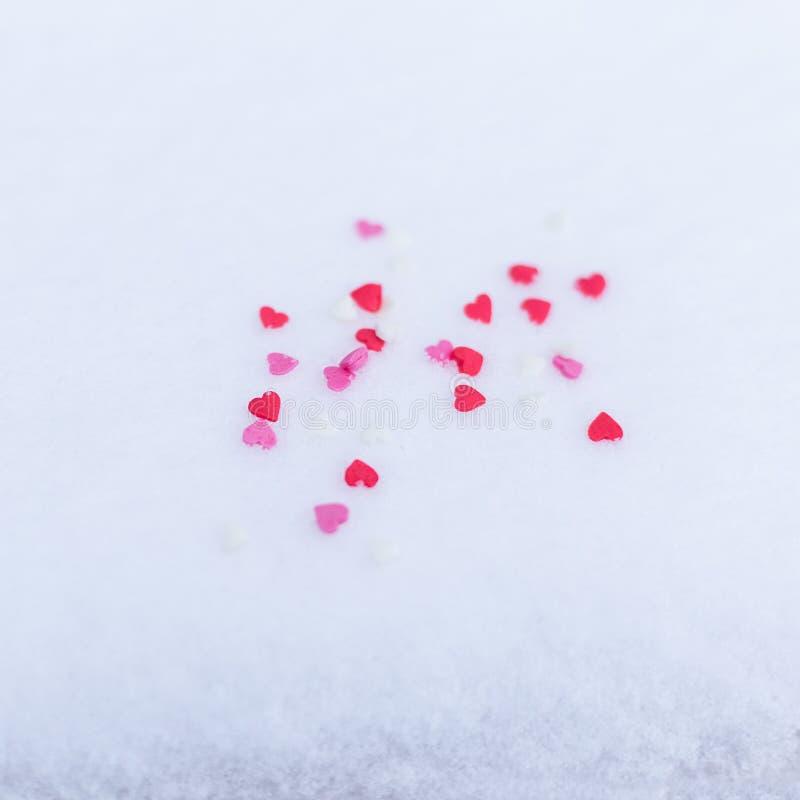 Rewolucjonistka czuł valentine serca na śnieżnym białym tle Walentynki ` s dnia pojęcie zdjęcia stock
