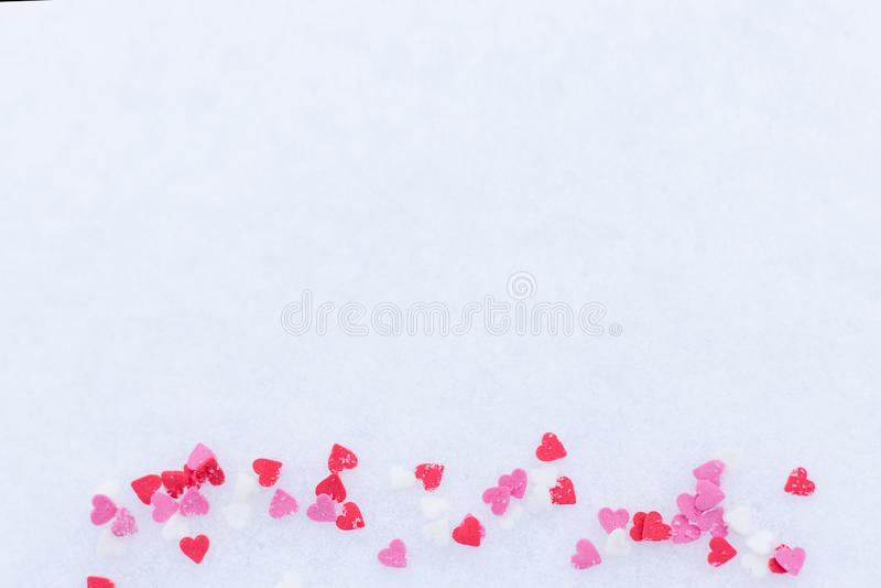 Rewolucjonistka czuł valentine serca na śnieżnym białym tle Walentynki ` s dnia pojęcie zdjęcie royalty free