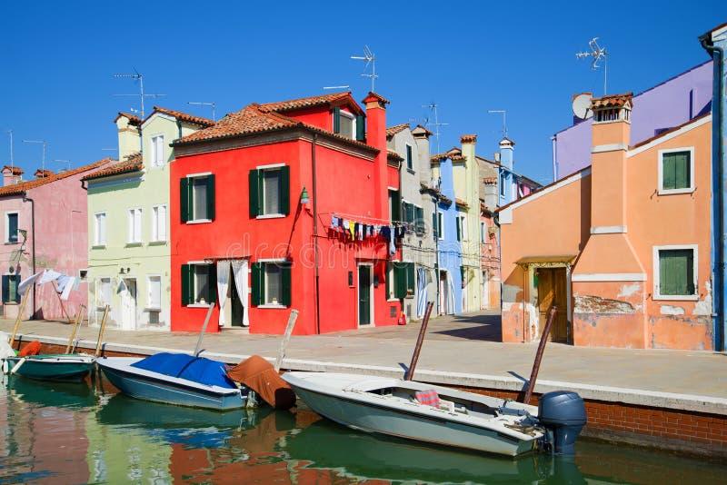 Rewolucjonistka dom na bulwarze miasto kanał Słoneczny dzień na Burano wyspie, Wenecja zdjęcie stock
