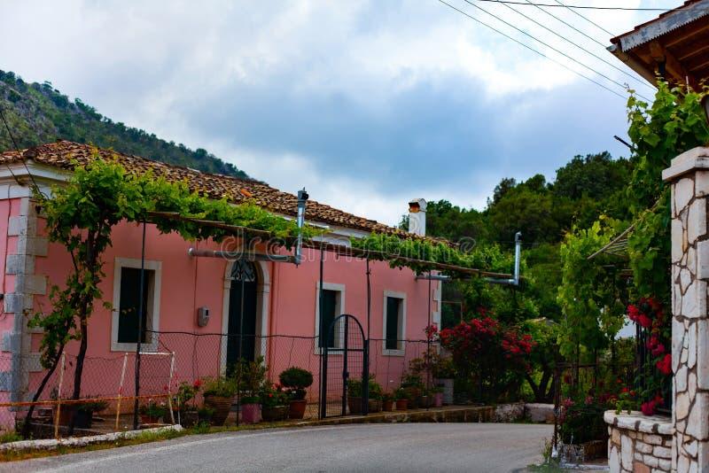 Rewolucjonistka dom w wiosce z kwiatami i ogródem Niebieskie niebo nad wioska domy fotografia stock