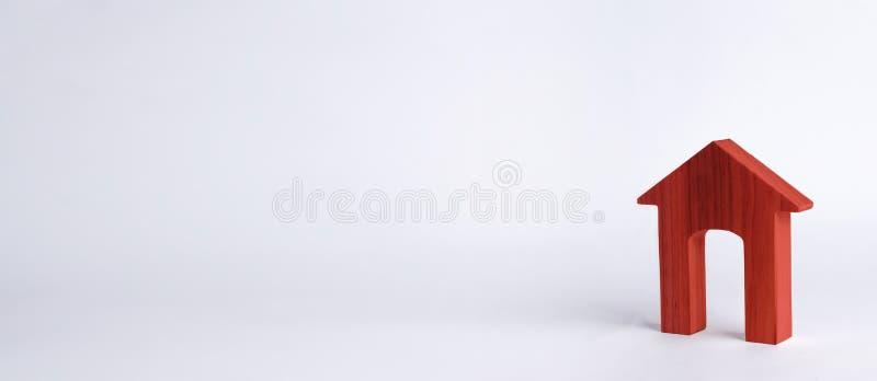 Rewolucjonistka dom z wielkim drzwi na białym tle Pojęcie kupienia i sprzedawania nieruchomość, do wynajęcia budynek mieszkalny n fotografia royalty free