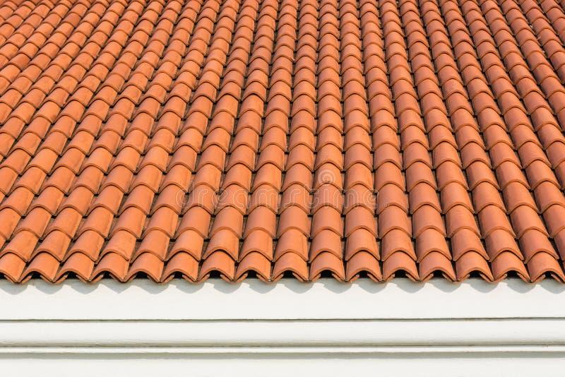 Rewolucjonistka gofrował dachówkowego element dach przy domem i biel ścianą fotografia royalty free