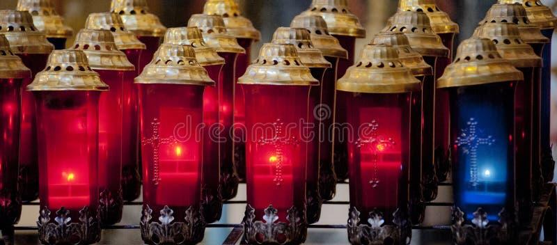 Rewolucjonistka i błękitne wotywne świeczki w kościół zdjęcia stock
