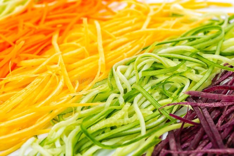 Rewolucjonistka, kolor żółty, pomarańczowe marchewki i ogórek, julienned warzywa fo obrazy royalty free