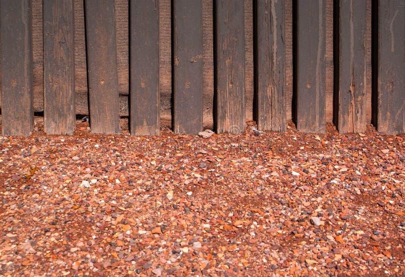 Rewolucjonistka miażdżący żwir z drewno ścianą zdjęcia stock