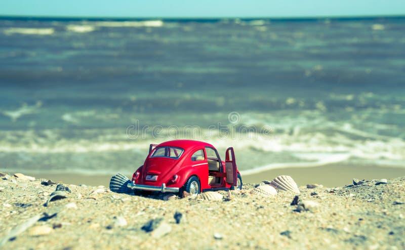 Rewolucjonistka model rocznik Volkswagen Beetle na tle piaskowata plaża w Los Angeles, usa fotografia royalty free