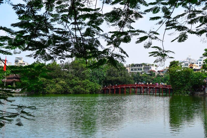 Rewolucjonistka most w Hoan Kiem jeziorze, brzęczenia Noi, Wietnam zdjęcia royalty free