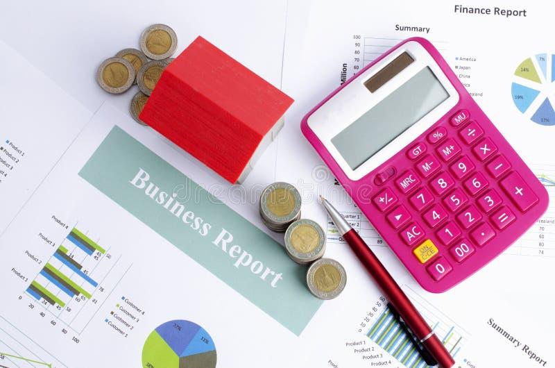 Rewolucjonistka pieniądze i domu monety pióro i kalkulator na biznesowym raporcie tapetują tła nad obraz stock
