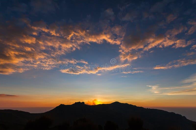 Rewolucjonistka, pomarańcze, żółte chmury z niebieskim niebem, zdjęcia stock