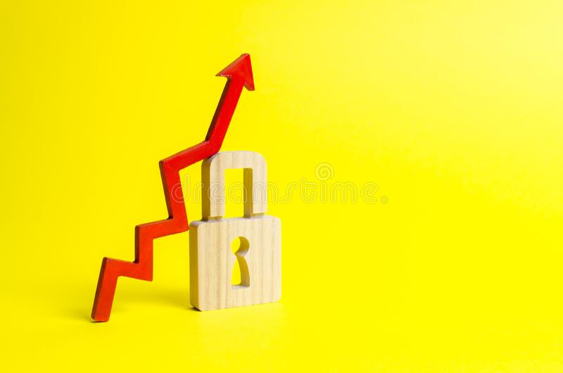 Rewolucjonistka w górę strzały i kłódki na żółtym tle Konceptualny przyrost ilość ochrona i poziom Wysoce wydajny zdjęcie stock