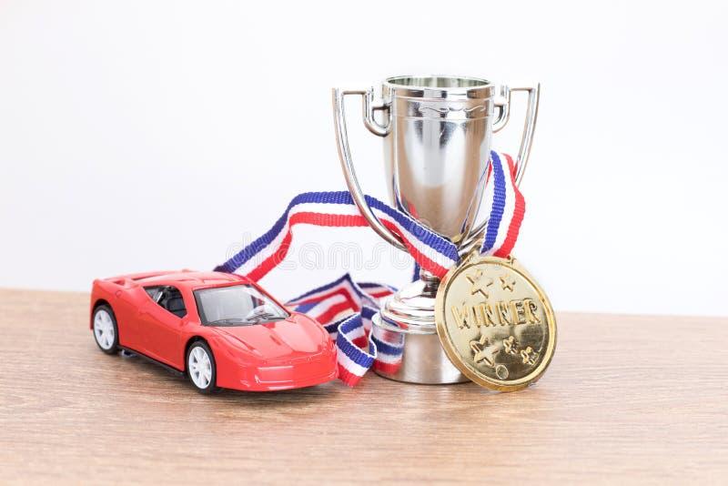 Rewolucjonistka zabawkarski samochód z srebnym sportowym trofeum obraz royalty free