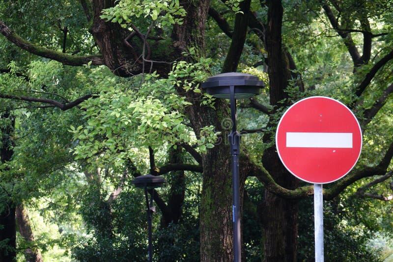 Rewolucjonistka zakazujący ruch drogowy znak zdjęcie stock