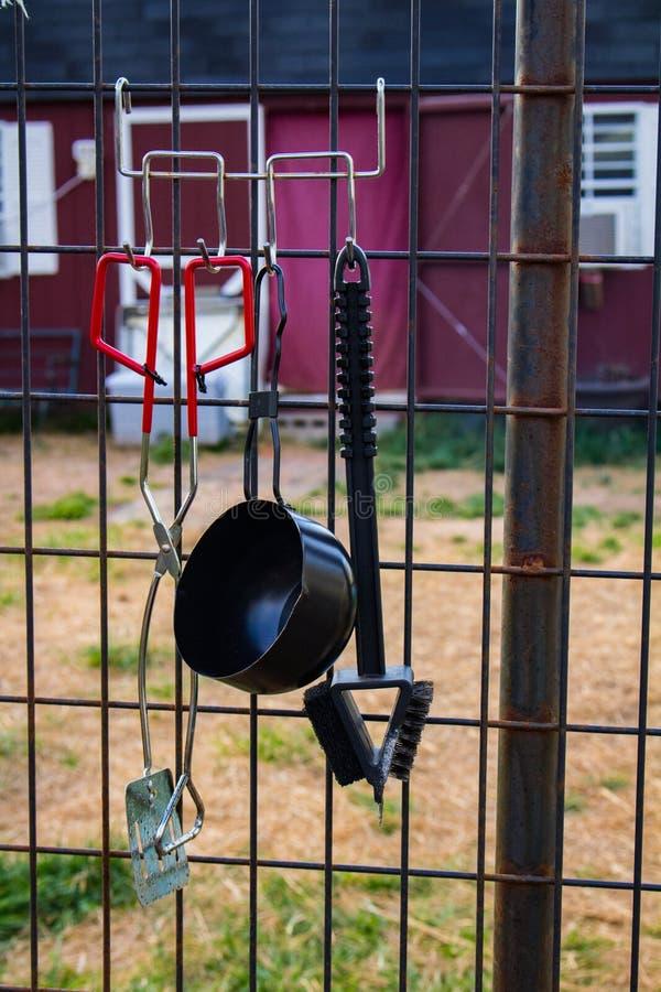Rewolucjonistka Zrzuca i ogrodzenie z naczyniami fotografia royalty free