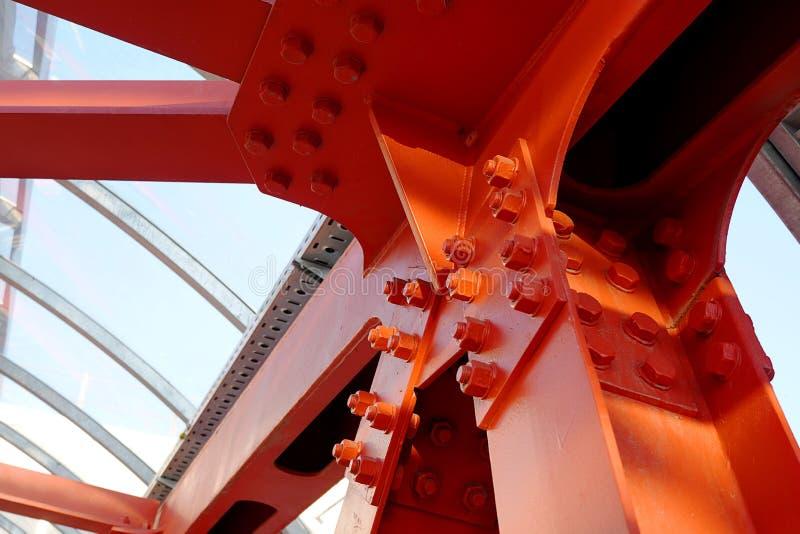 Rewolucjonistki żelaza promienie czmychający dalej Krzyżować drogowego, wiszącego most, Zakrywający zasięrzutny zwyczajny skrzyżo zdjęcia royalty free