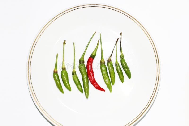 Rewolucjonistki chili zieleni pieprze odizolowywający na białym tle zdjęcie royalty free