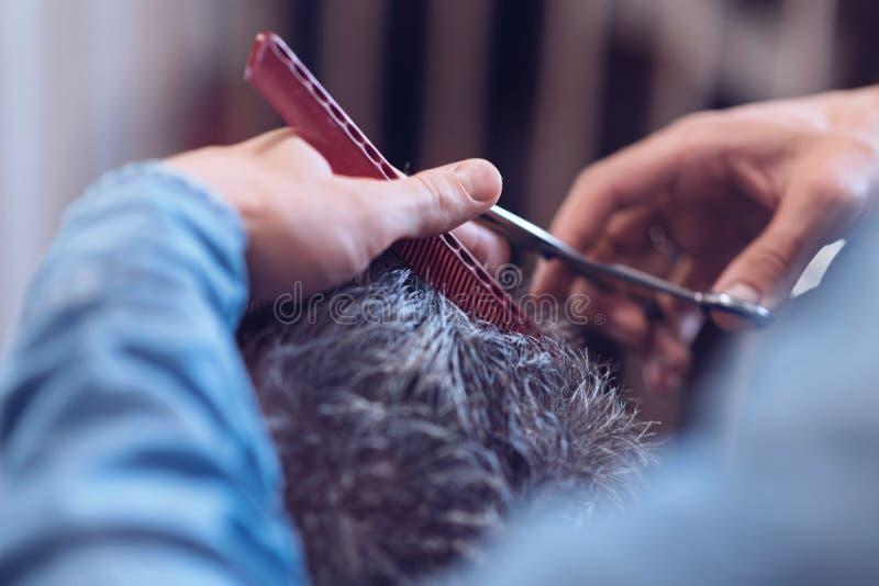 Rewolucjonistki grępla używa fryzjerem męskim obraz stock