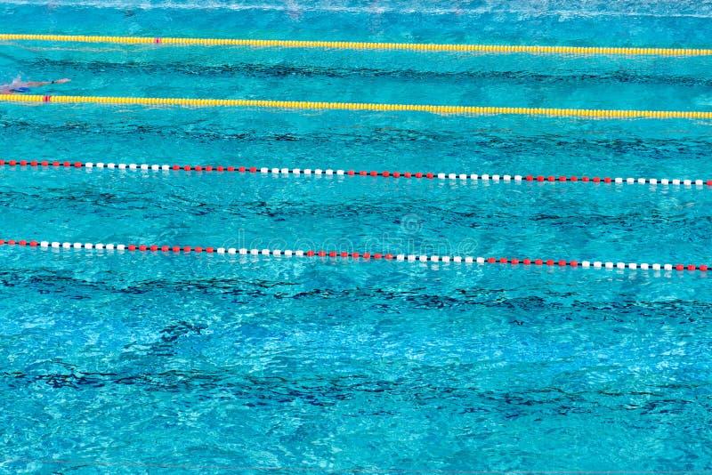 Rewolucjonistki i białych pływaccy pas ruchu w pięknej błękitne wody, pusty plenerowy basen, lato słoneczny dzień, kopii przestrz obraz stock