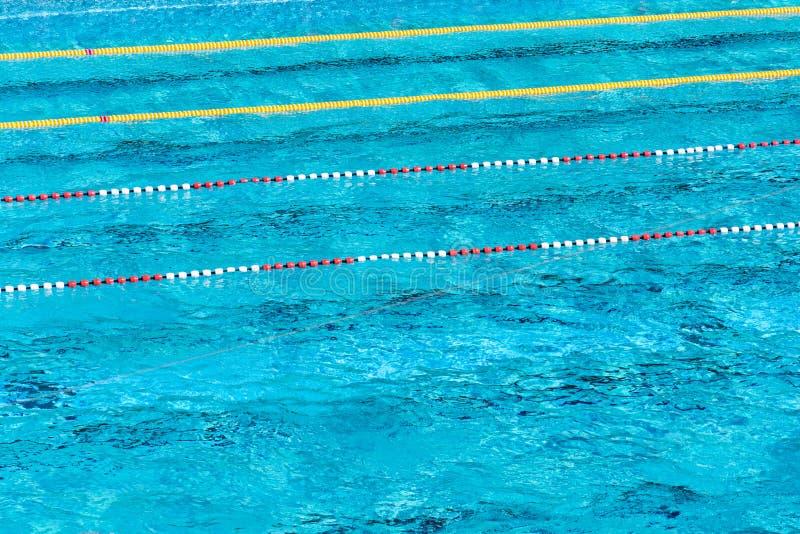 Rewolucjonistki i białych pływaccy pas ruchu w pięknej błękitne wody, pusty plenerowy basen, lato słoneczny dzień, kopii przestrz obrazy stock
