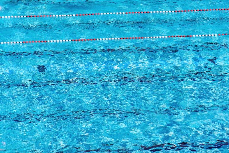 Rewolucjonistki i białych pływaccy pas ruchu w pięknej błękitne wody, pusty plenerowy basen, lato słoneczny dzień, kopii przestrz zdjęcie royalty free