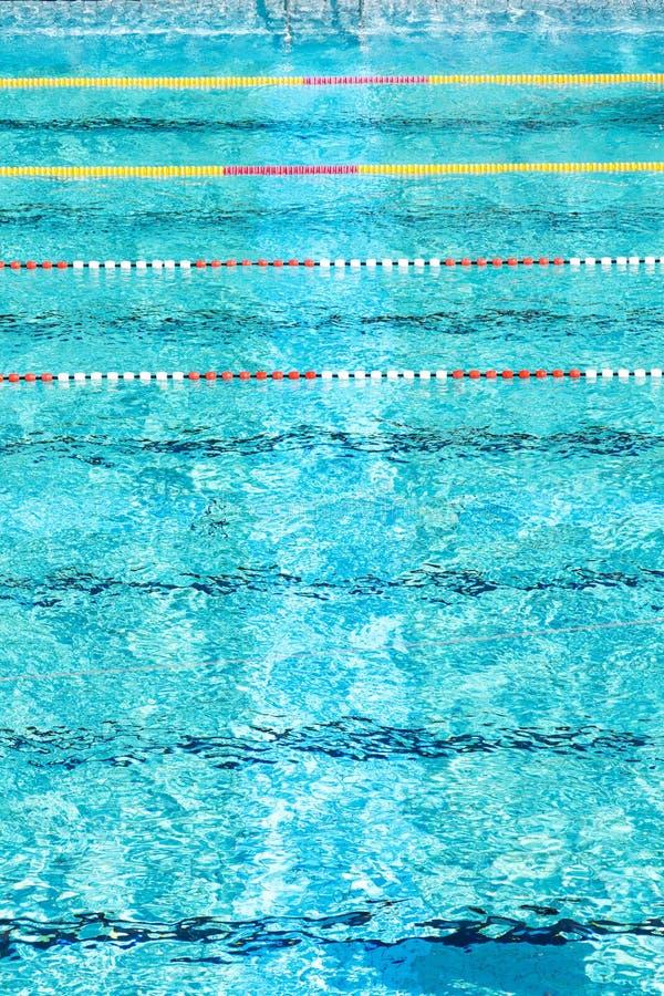 Rewolucjonistki i białych pływaccy pas ruchu w pięknej błękitne wody, pusty plenerowy basen, lato słoneczny dzień, kopii przestrz obraz royalty free
