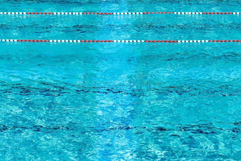 Rewolucjonistki i białych pływaccy pas ruchu w pięknej błękitne wody, pusty plenerowy basen, lato słoneczny dzień, kopii przestrz zdjęcia royalty free