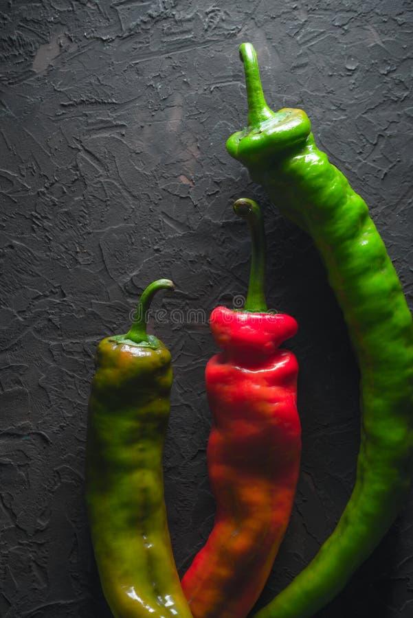Rewolucjonistki i zieleni chili pieprz na szarym tle zdjęcie royalty free