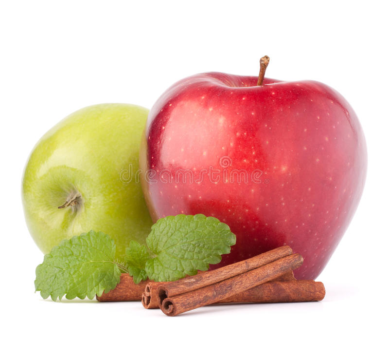 Rewolucjonistki i zieleni jabłka cynamonowi kije i nowych liści wciąż życie, fotografia stock