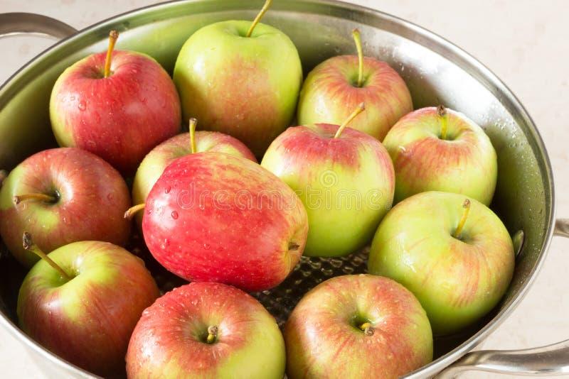 Rewolucjonistki i zieleni jabłka na talerzu obraz stock