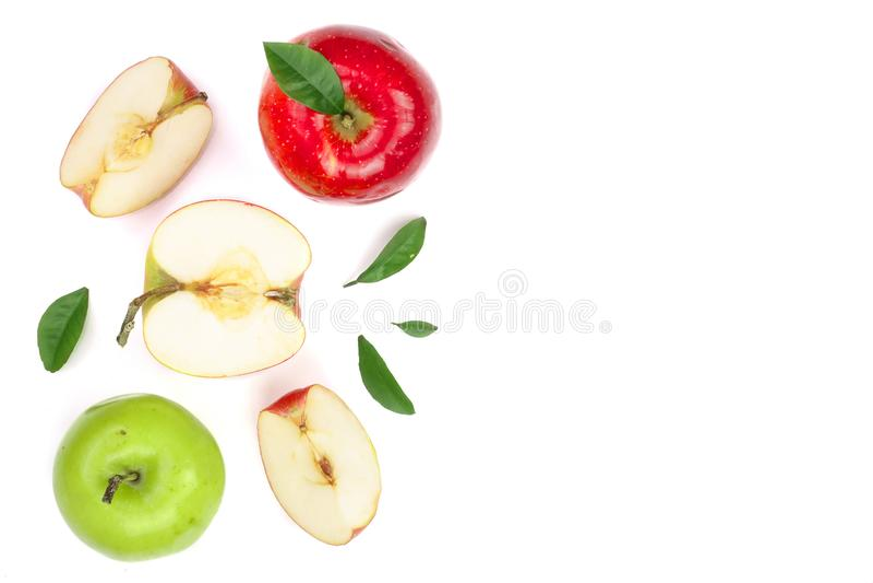 Rewolucjonistki i zieleni jabłka z plasterkami i liście odizolowywający na białym tle z kopii przestrzenią dla twój teksta, odgór zdjęcie royalty free