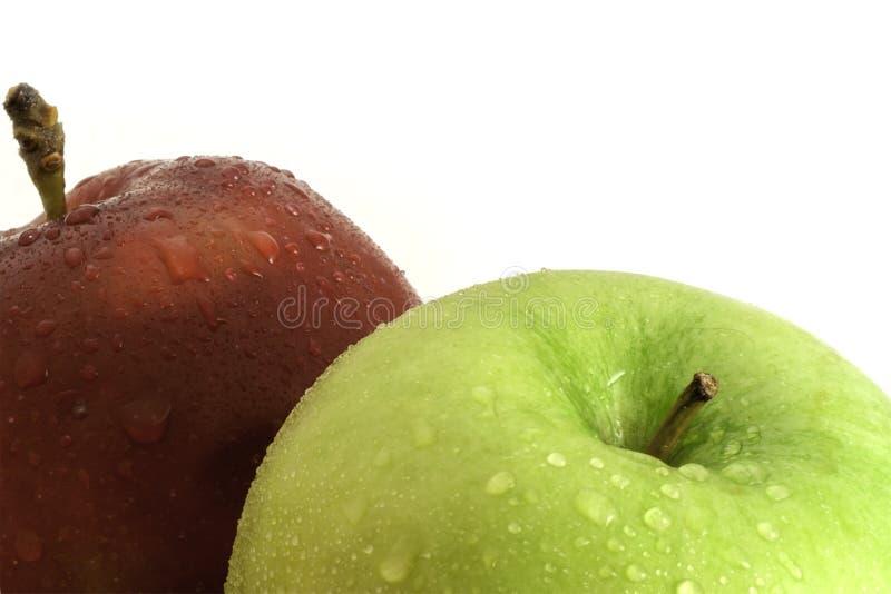 Rewolucjonistki i zieleni jabłka z wod kropel zakończenia strzałem zdjęcia royalty free