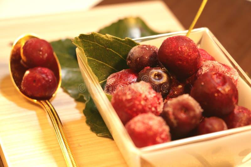Rewolucjonistki marznąć jagody na liściach fotografia royalty free