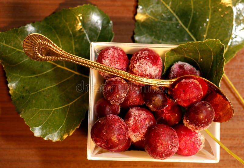 Rewolucjonistki marznąć jagody na liściach obrazy royalty free