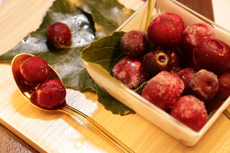 Rewolucjonistki marznąć jagody na liściach fotografia stock
