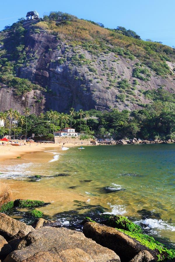 Rewolucjonistki plaża, halny Morro da Urca, Rio De Jane (Praia Vermelha) obraz royalty free