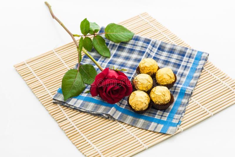 Rewolucjonistki róża z chusteczki i czekolady piłką, placemat obraz stock