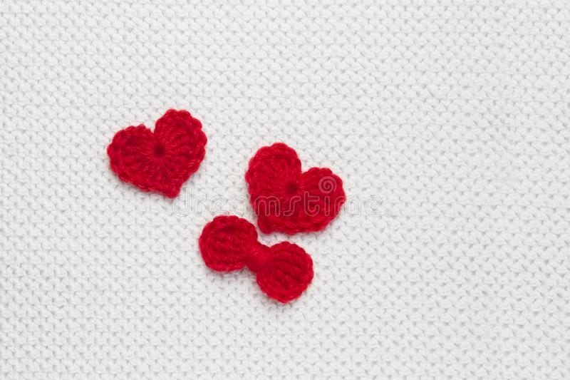 Rewolucjonistki wełny szydełkowy serce i faborek na bielu szydełkowym tle Pojęcie dla 14 Luty, romantyczna walentynki Czerwony se zdjęcie royalty free