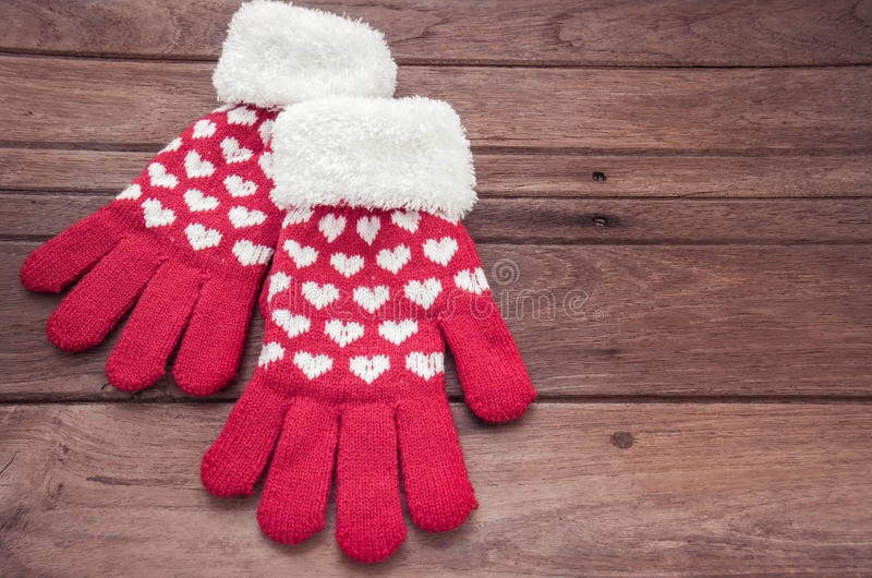Rewolucjonistki zimy trykotowe rękawiczki na drewnianej powierzchni zdjęcia stock